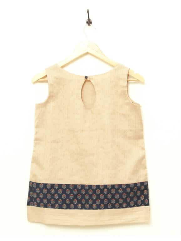 This tunic is made from an extremely interesting blend of Kenaf, Cotton and Silk, handwoven to perfection