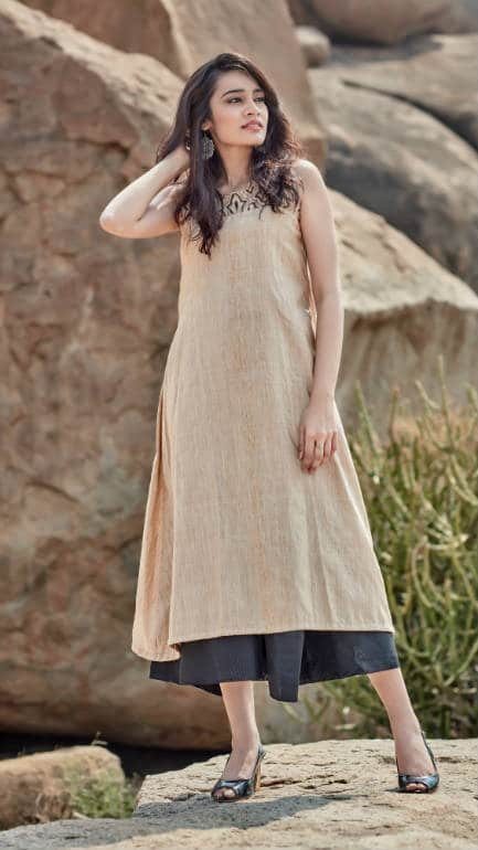 The yoke of this tunic is made of handwoven bamboo-silk and is hand printed with organic dyes.